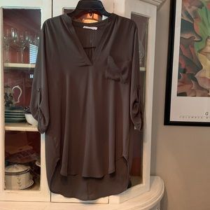 Cute top with buttoned-up sleeves
